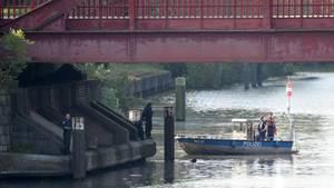 Taucher der Hamburger Polizei suchen nach weiteren Leichenteilen
