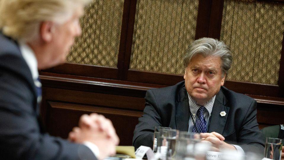US-Präsident Donald Trump und Stephen Bannon bei einem Meeting zur Cyber-Sicherheit Ende Januar im Weißen Haus