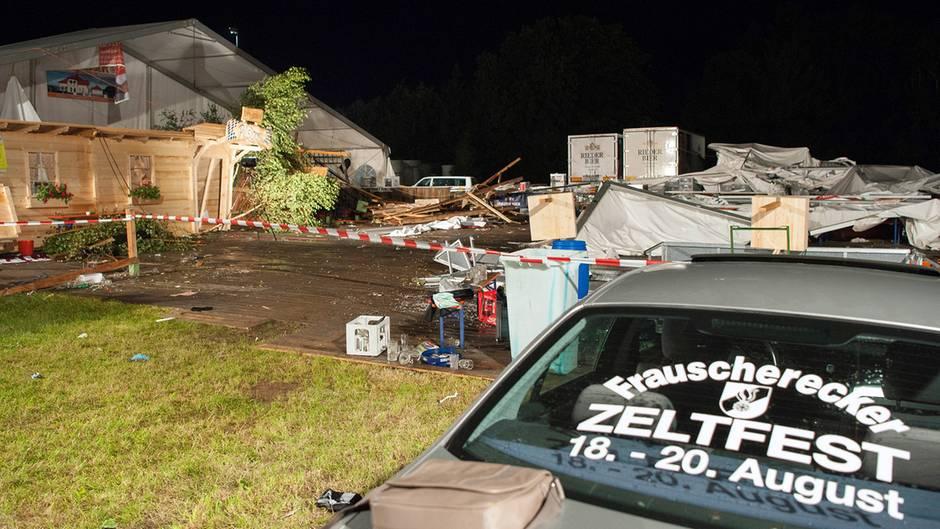 Sturm zerfetzt Festzelt: Zwei Tote und mehr als 100 Verletzte