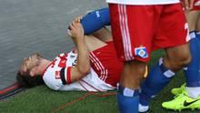 ... und stürzte zu Boden, wo er mit schmerzverzerrtem Gesicht liegenblieb.