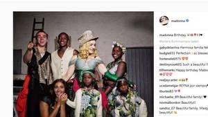 """18. August 2017  Alle Kinder sind schon da...    Madonna zeigt auf Instagram stolz ihre gesamte Familie: Alle sechs Kinder, darunter auch die im Frühjahr aus Malawi adoptierten ZwillingeEstere und Stella, sind auf dem Foto mit der Bildunterschrift """"Geburtstag"""" um die Pop-Ikone gruppiert. Am Mittwoch wurde die Sängerin 59 Jahre alt. Es ist das erste von Madonna veröffentlichte Familienporträt mit dem gesamten Nachwuchs. Neben den vierjährigen Zwillingen sind die leiblichen Kinder Rocco, 17 und Lourdes, 20, sowie die ebenfalls aus Malawi adoptieren Kinder David, 11, und Mercy James, 11, zu sehen."""