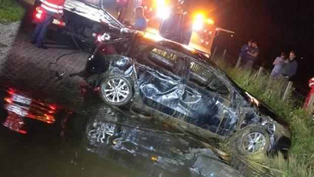 Auto während Toilettenpause in die Ems gerollt: Die Feuerwehr hat den Wagen geborgen