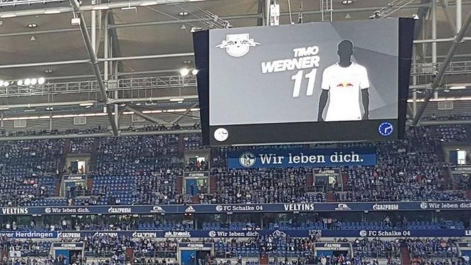 RB-Lepizig-Stürmer Timo Werner geschwärzt auf dem Videowürfel im Stadion des FC Schalke 04