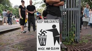 Der Protestmarsch in Boston, an dem nach Schätzungen der Polizei bis zu 40.000 Menschen teilnahmen, richtete sich zugleich gegen eine - bei weitem kleinere - Kundgebung, die zur selben Zeit in einem Park der Stadt stattfand.
