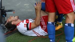 Nicolai Müller krümmt sich vor Schmerzen: Der HSV-Spieler hat einen Kreuzbandriss erlitten