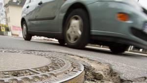 Nachrichten Deutschland - Ein Autofahrer kippt Benzin in den Kanal