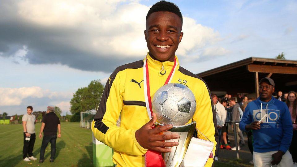 Der zwölfjährige Youssoufa Moukoko von Borussia Dortmund mit einem Pokal