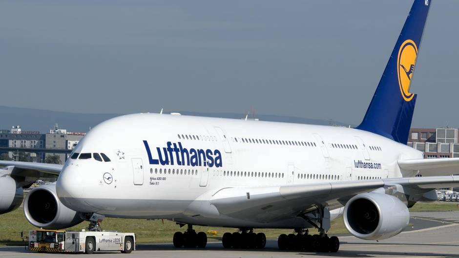 Hubwagen kollidiert mit Lufthansa-Airbus