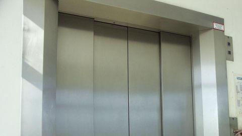 Durch eine defekte Aufzugtür starb in Sevilla eine junge Mutter (Symbolbild)