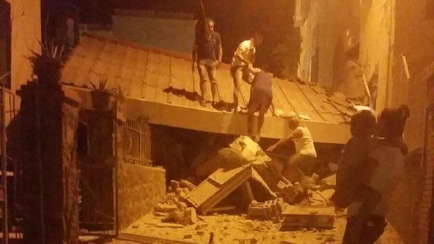 Auf der Insel Ischia helfen sich Menschen in der Nacht nach dem Erdbeben gegenseitig