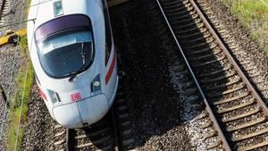 Ein ICE der Deutschen Bahn. Auf der Strecke zwischen Berlin und Hannover gibt es am Dienstag noch Verspätungen