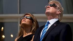 Trump schaut sich die Sonnenfinsternis mit seiner Frau Melania an