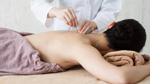 Heilpraktiker behandelt Patientin