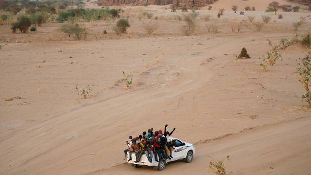 Migranten in Agadez, Niger, auf einem Pick-up bei der Fahrt in die Sahara. So werden auch die Nigerianerinnen transportiert