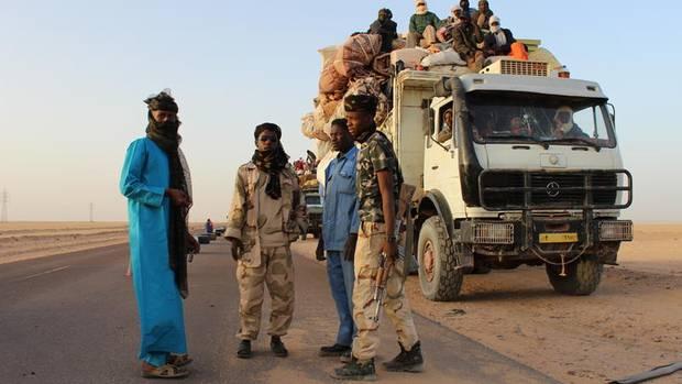 Schmuggler und Milizionäre kurz hinter der Grenze in der Sahara in Libyen. Eine Staatsmacht gibt es nicht