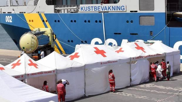Eine Rot-Kreuz-Station im Hafen von Catania, Italien. Die Nigerianerinnen durchlaufen mit anderen Flüchtlingen das Registrierungssystem