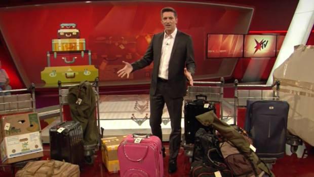 Steffen Hallaschka 2016 mit Gepäckstücken, die unter den Hammer kommen sollten.
