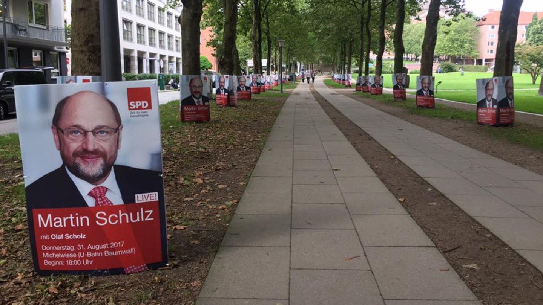 Eine Straße voll mit Wahlplakaten von Martin Schulz