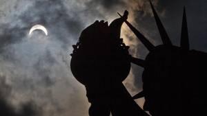 """Die Sonnenfinsternis am Montag von Liberty-Island in New York aus gesehen. Von dem Naturphänomen lassen sich """"Flat Earthers"""" nicht beirren."""