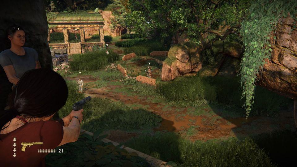"""Chloe zielt in """"Uncharted: The Lost Legacy"""" auf im Dschungel auf einen Gegner"""