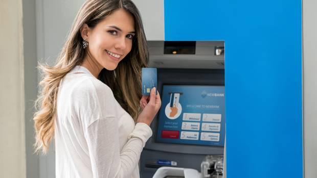 Selbst beim Geldabheben am Automaten der eigenen Bank können Gebühren anfallen (Symbolbild)
