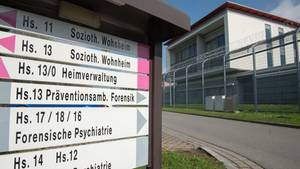 Das Gebäude der forensischen Psychiatrie am Bezirksklinikum Ansbach
