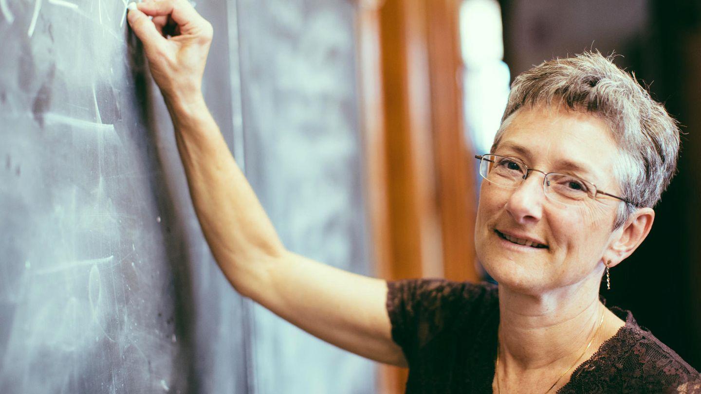 Lehrerin schreibt an die Tafel