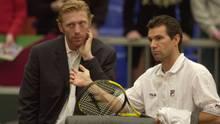 Oktober 1997: Boris Becker (li) und Carl-Uwe Steeb (re) lösen Niki Pilic als Verantwortlichen des Tennisbundes ab