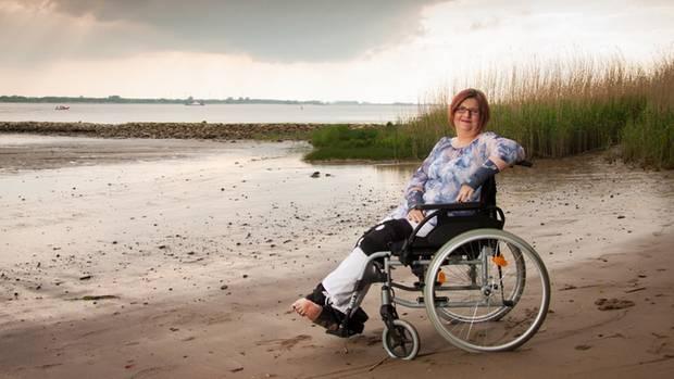 Fieberschübe, Gelenkschmerzen, blaue Flecke: Denise B. litt von Kindheit an unter mysteriösen Symptomen. Kein Arzt konnte ihr helfen.