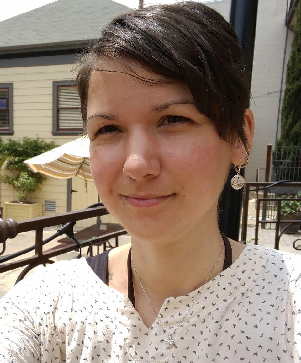 Über die Autorin  Die Autorin Karina Sturm ist 31 Jahre alt und lebt derzeit zwischen zwei Ländern - Deutschland und den USA. Sie arbeitet als Bloggerin, Buchautorin und freie Journalistin. Ihre eigenen Erfahrungen als chronisch Kranke motivieren sie dazu, Aufmerksamkeit auf Menschen mit ähnlichen Schicksalen zu lenken.