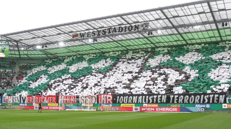 Ultras von Rapid während des letzten Heimspiels. Ein Ultra wurden wegen Zeigen des Hitlergrußes verurtei