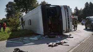 Rettungskräfte stehen an der Bundesstraße 65 bei Bohmte (Niedersachsen) an einem umgestürzten Reisebus.