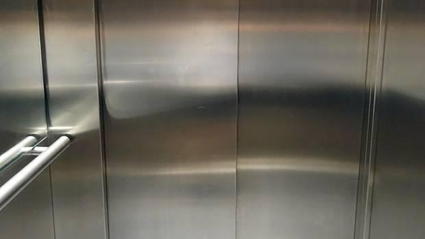 In einem Krankenhaus-Aufzug wird eine frischgebackene Mutter regelrecht zerquetscht und stirbt
