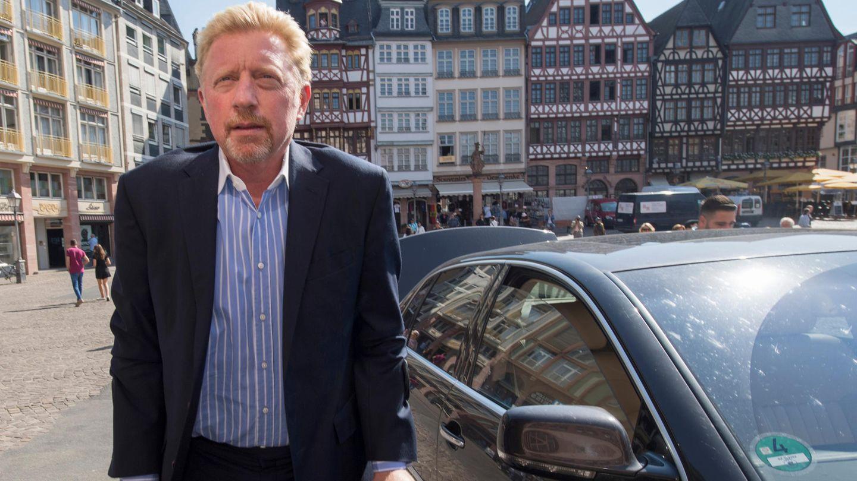 Boris Becker mit Krücken auf dem Frankfurter Römerberg