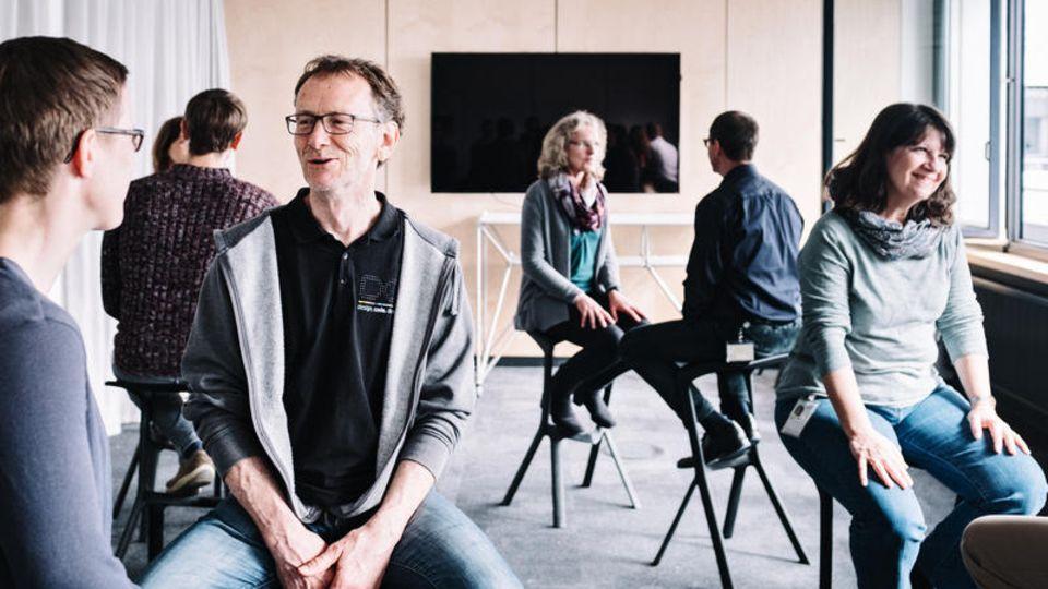 """Zuhören lernen: In Zweier-Übungen schulen die SAP-Mitarbeiter Empathie und Selbstwahrnehmung. Normale Büros wurden für Meditationen in einen """"Raum der Stille"""" verwandelt"""