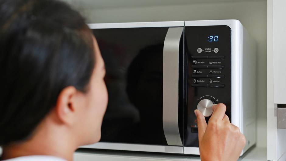 Schnell, aber schlecht für das Essen: Das passiert beim Aufwärmen in der Mikrowelle