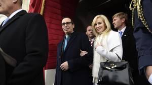 US Finanzminister Steven Mnuchin und seine Frau Louise Linton flogre für einen Tages-Trip nach Kentucky. Bei ihrer Rückkehr gab es Aufregung.