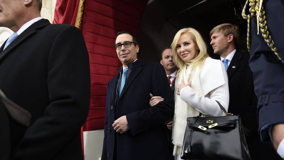 US-Finanzminister Steven Mnuchin und seine Frau Louise Linton flogre für einen Tages-Trip nach Kentucky. Bei ihrer Rückkehr gab es Aufregung.