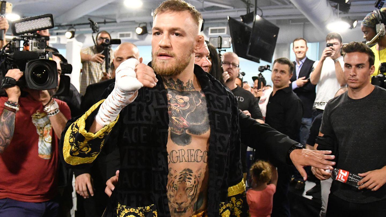 UFC-Champion Conor McGregor aus Irland stellt sich bei einem Presse-Training den Kameras