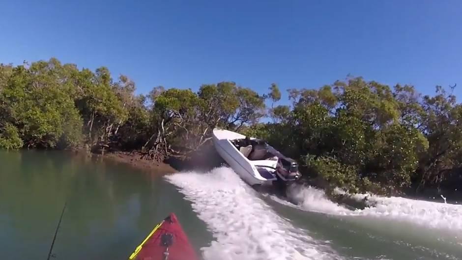 Spektakulärer Unfall: Motorboot verfehlt Angler nur knapp - und rauscht ans Ufer