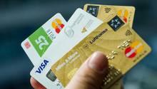 Ikea, Amazon und Co.: Verbraucherschützer raten, die Konditionen von Firmen-Kreditkarten genau zu prüfen.