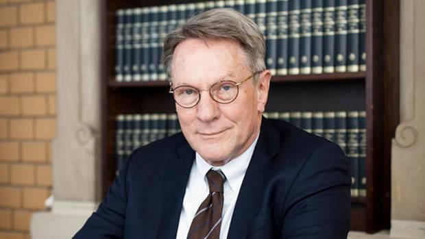Der ehemalige Bundesanwalt Wolfram Schädler vertritt von Möhlmann. Er will, dass das Gesetz geändert wird, das den überführten Täter schützt