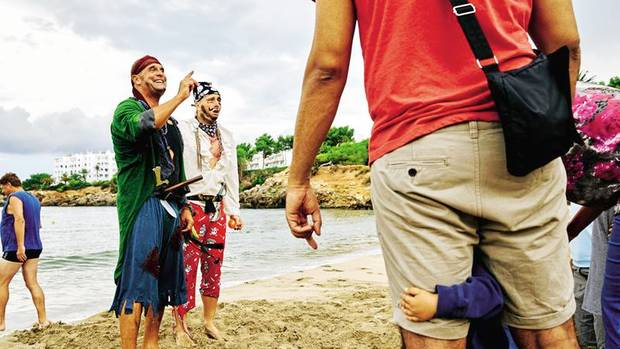 Ein Mann, viele Rollen: Pirat Puch (links) überfällt einen Strand, um Kindern einen Schatz abzujagen – und lässt sich natürlich in die Flucht schlagen