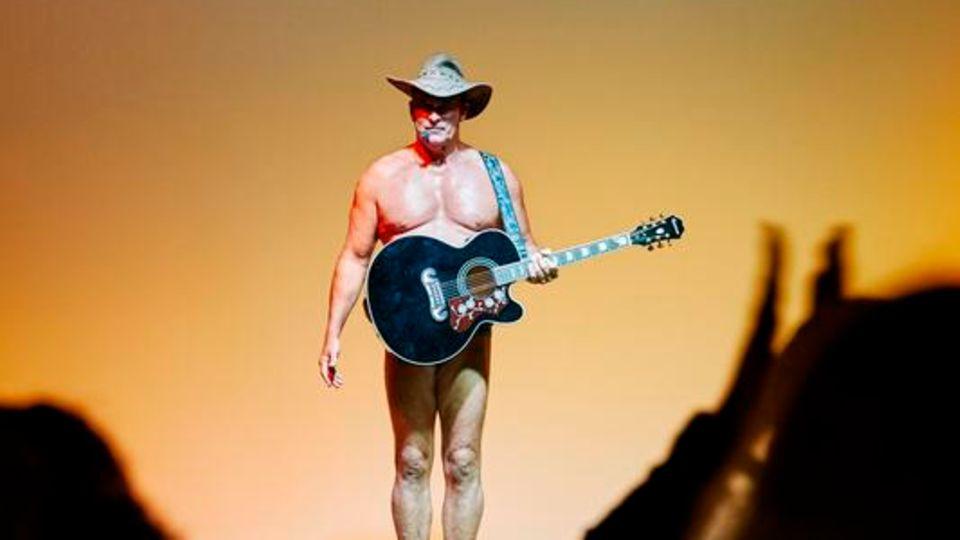 """Noch ein Klassiker: Wenn der Animateur als """"Naked Cowboy"""" auftritt, trägt er kaum mehr als Hut und Gitarre"""