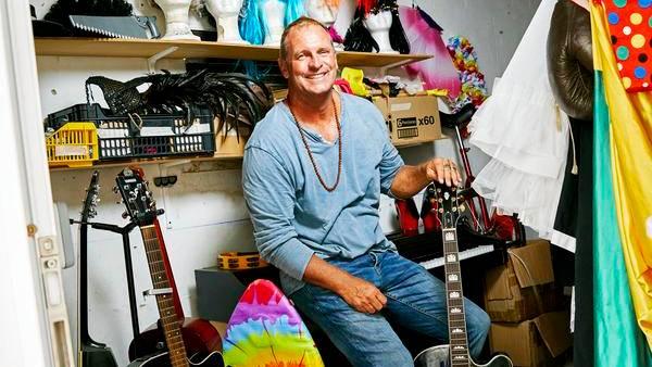 Backstage und ungeschminkt: 30 Jahre lang arbeitete Puch im Club Cala Pada auf Ibiza. Als dieser von einem großen Konzern übernommen wurde, machte der Animateur sich selbstständig und wechselte mit seinem Team ins kleinere Cooee Cala Llenya Resort