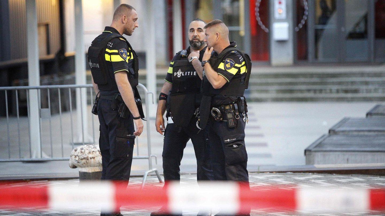 Niederländische Polizisten vor dem Rotterdamer Club Maassilo
