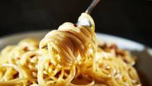 Spaghetti Aglio e Olio  Dieses Nudelgericht stammt aus Rom und zählt wahrscheinlich zu den einfachsten und besten Pastarezepten der italienischen Küche. Was man dafür braucht? Eigentlich nur Knoblauch, Olivenöl und Peperoncino. Hier geht's zum Rezept!