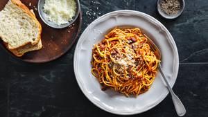 Spaghetti Bolognese  Den Nudelklassiker Spaghetti Bolognese gibt es in Italien eigentlich so gar nicht. Es gibt zwar das ragù alla bolognese, das wird in Bologna aber traditionell mit frischen Tagliatelle gegessen. Hier gibt es die Erklärung, warum. Dass die Sauce natürlich zu jeder Nudelsorte gut schmeckt, weiß jedes Kind. Deshalb hier ein Rezept für die perfekte Bolognese!