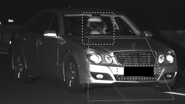 Ein Fahrer und seine Beifahrerin küssen sich während der Fahrt im Auto - und werden dabei bei Dortmund geblitzt
