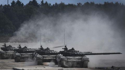 Kampfpanzer vom Typ T-90 rollen über das Übungsgelände.